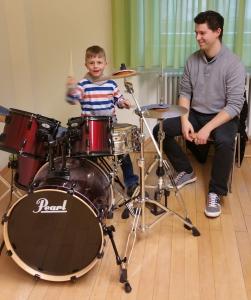 kleiner Mann am großen Schlagzeug